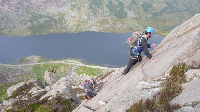 Couple-Scrambling-Climbing-North-Wales-Tryfan