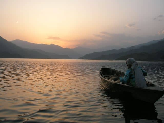 Fishing_on_the_lake_at_Pokhara_5