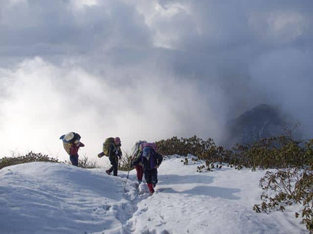 Group-Trek-Snow-Makalu-Clouds