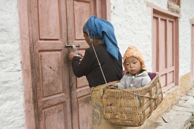 IMG_0631_Everest-Solu-sec_mother-with-her-daughter-in-sotang-village_Samir-Jung-Thapa_GHTDP_3