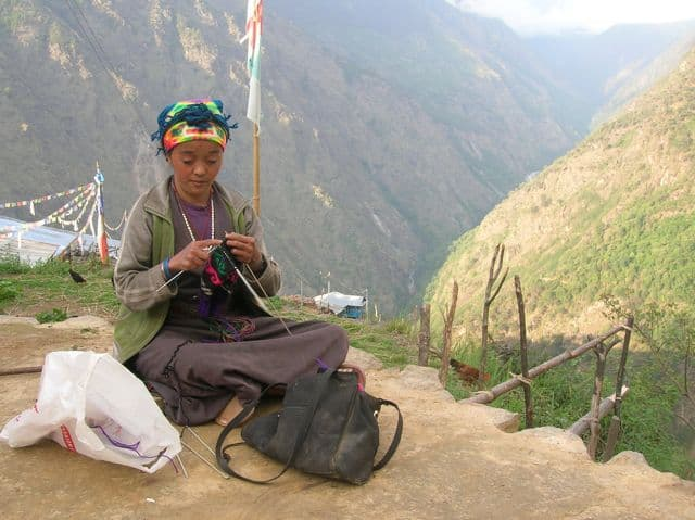 Lady_Knitting_high_in_the_himalayas_14