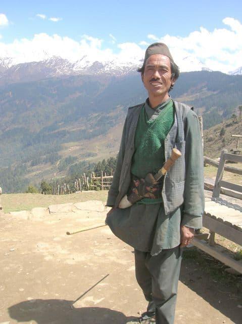 Nepalese_farmer_wearing_a_Khukari_1