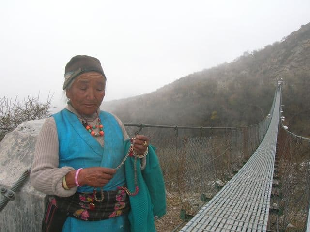 Nepalese_lady_on_a_very_long_suspension_bridge_37