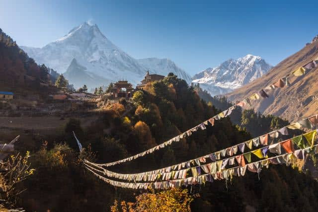 Prayer-Flags-and-Manaslu