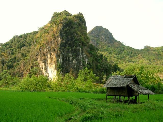 Typical_limestone_mountains_in_South_East_Asia_11