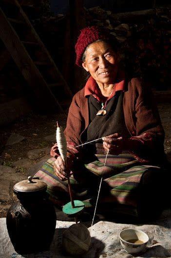 Woman_spinning_a_yarn_30