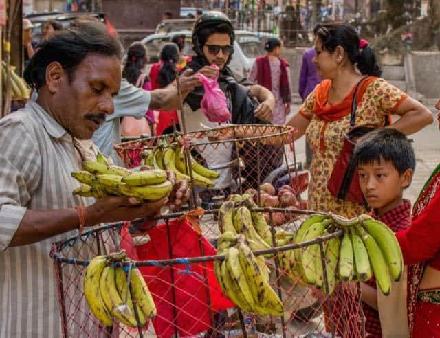 buying-fruit-in-kathmandu