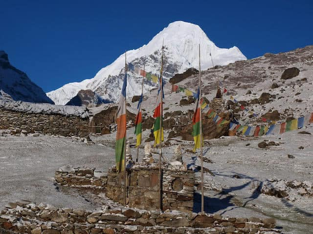 Snowy-Makalu-in-the-Himalayas-Flags